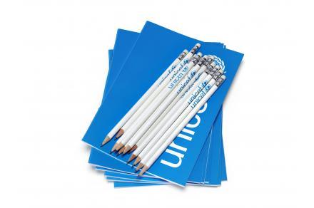 offrez un cadeau solidaire avec le kit crayon et cahier unicef