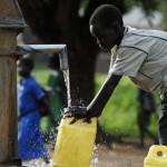 offrez une pompe à eau à une population défavorisée